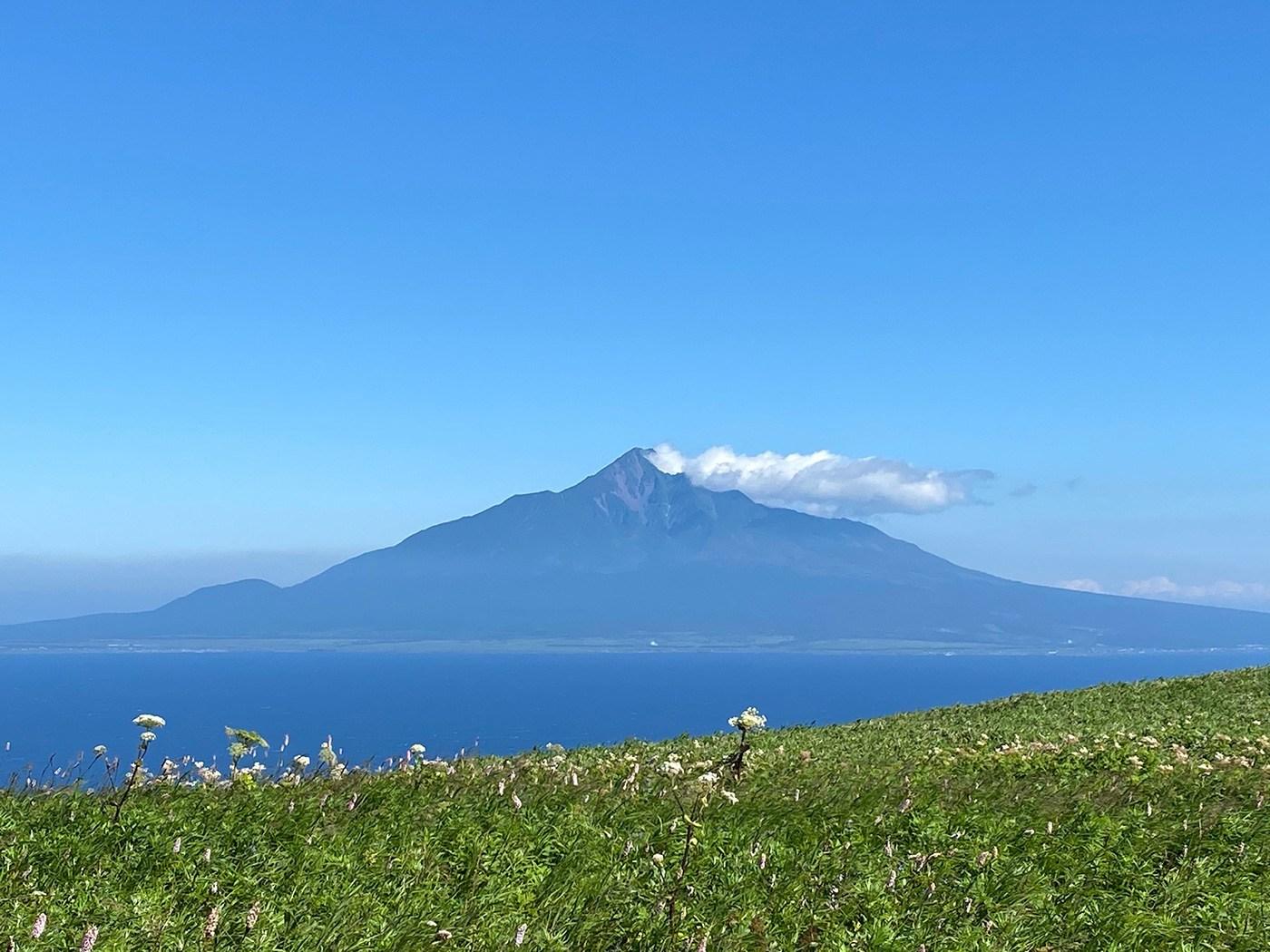 (2020/07/29〜)「礼文島から望む利尻富士」